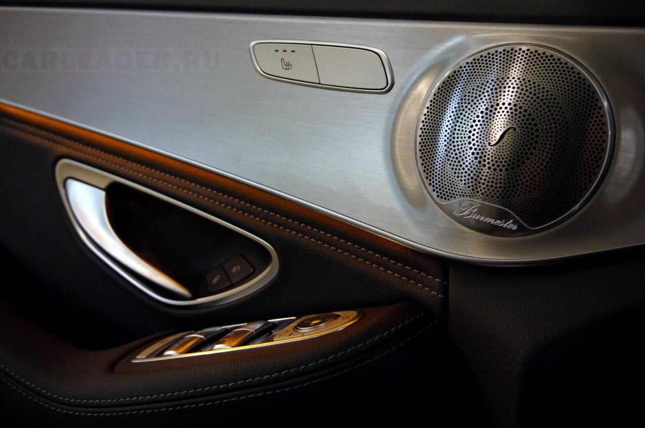 И действительно, мерседесовцы превратили дверь в целое произведение искусства! По весу и звуку дверь не напоминает консервную банку, как на японских автомобилях, а показывает всю солидность благодаря толстой стали внутри. И какой же прекрасный звук получается в итоге: акустика Burmester играет с плотным басом, никаких громыханий и скрипов обшики!