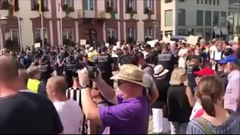 Heute demonstrierten hunderte Menschen in Offenburg gegen die Flüchtlingspolitik von Kanzlerin Angela Merkel.