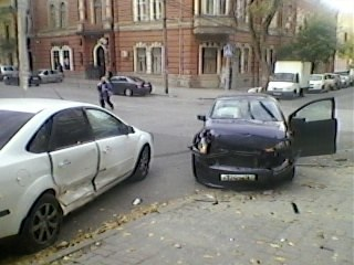 В самом центре Ростова водитель в полицейской форме врезался в Ford