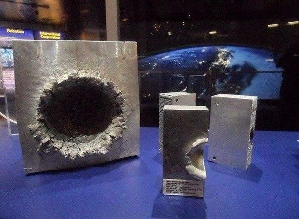 Панцир космічної станції і  пластик на швидкості 6795 м/c