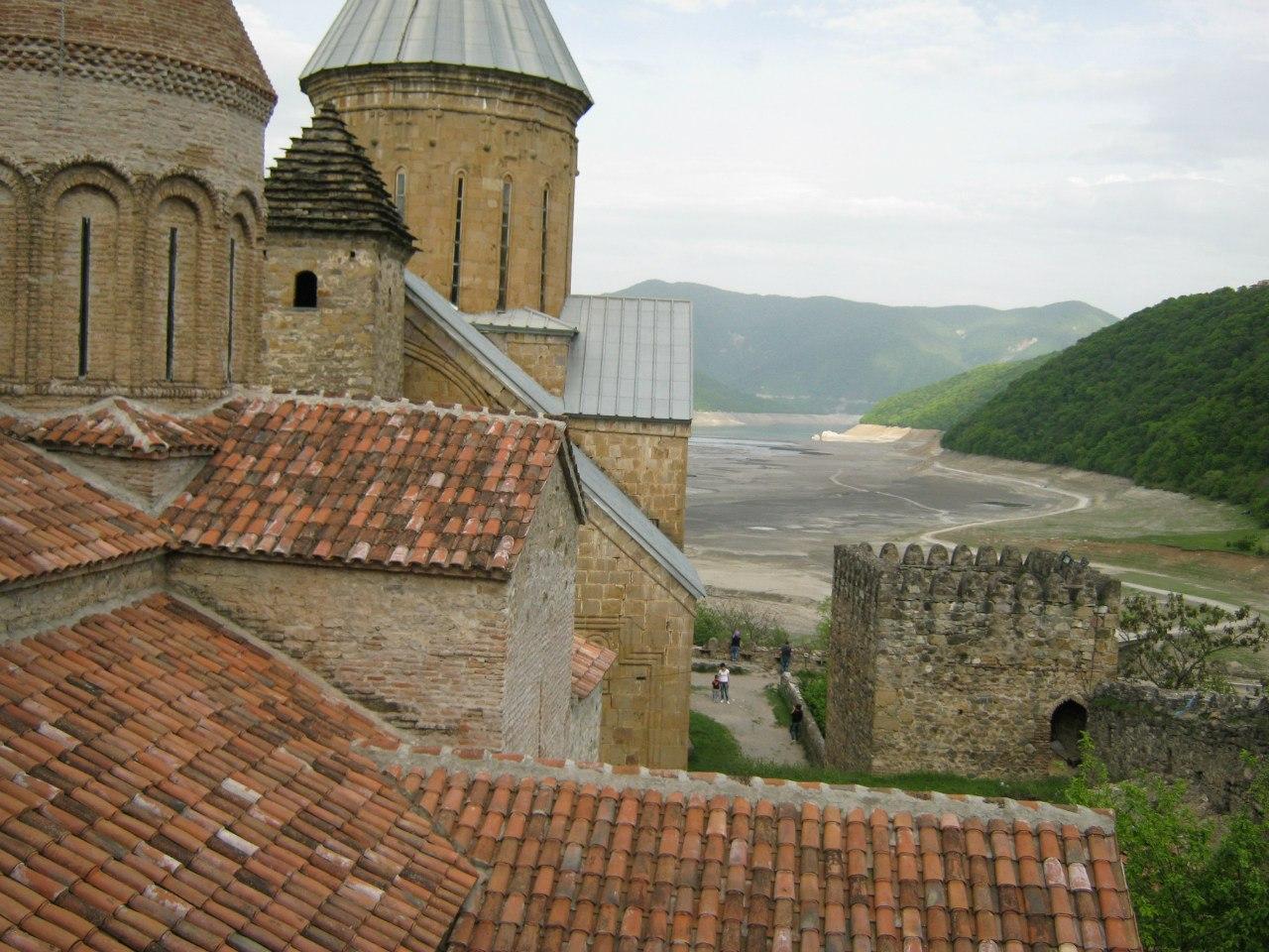 церкви и стены замка Ананури