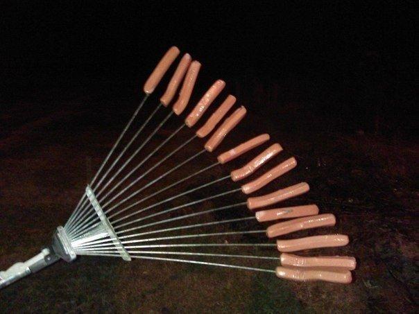 Оригинальный способ жарить сосиски на большую компанию…. (1 фото) - картинка