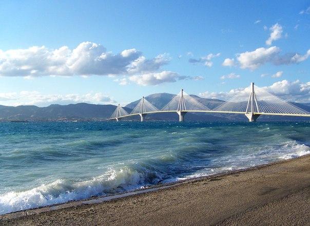 Мост Рион-Андирион в Греции – самый длинный в мире вантовый мост с непрерывной подвесной поверхностью длиной в два с лишним километра. Он построен в зоне высокой сейсмической активности над водой, где глубина достигает 60 метров.