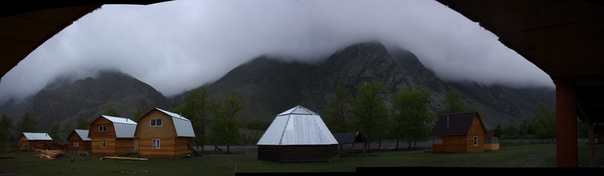 Горы покрылись туманом. Это утренняя фотка, когда все ещё спали, я пошёл записывать видосики и блуждать по округе с кровотечением из носа.