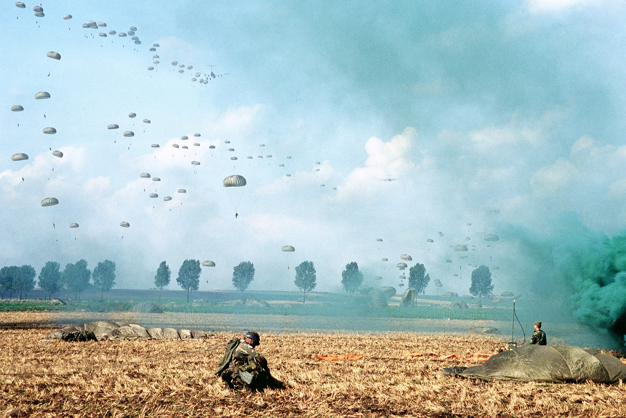 """Высадка десанта во время учений НАТО """"Reforger '80"""". ФРГ, сентябрь 1980 года."""
