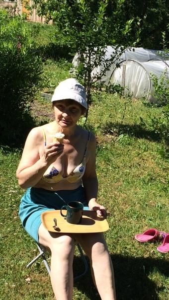Людмила Баранова: Дача😂😂😜борьба с сорняками и отдых за чашкой кофе ☕️