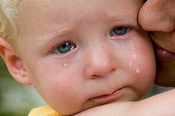 Что нельзя говорить детям Общаясь со своими детьми, мы порой говорим что-то автоматически, желая просто призвать ребенка к тишине или послушанию и не особо задумываясь над смыслом самой фразы. Слова слетают с языка легко и незаметно; нередко они передаются в семье из поколения в поколение – мы твердим детям то, что говорили нам собственные мамы и бабушки. Но некоторые из этих присказок способны нанести серьезный вред формированию личности ребенка. Десять фраз, которые лучше не повторять детям.…