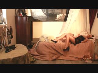 Сексуальная девушка раздевается дома одна