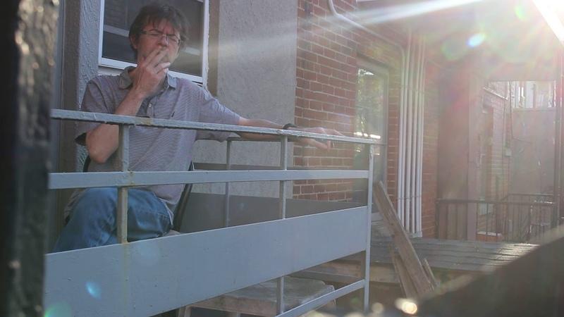J'fume mon joint sur le balcon chez ma mère!