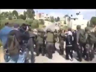 евреи избивают женщин и детей