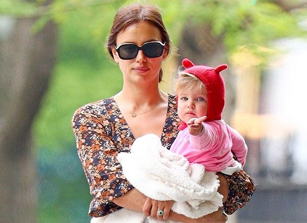 Шалости продолжаются: Ирина Шейк на прогулке с дочерью в Нью-Йорке