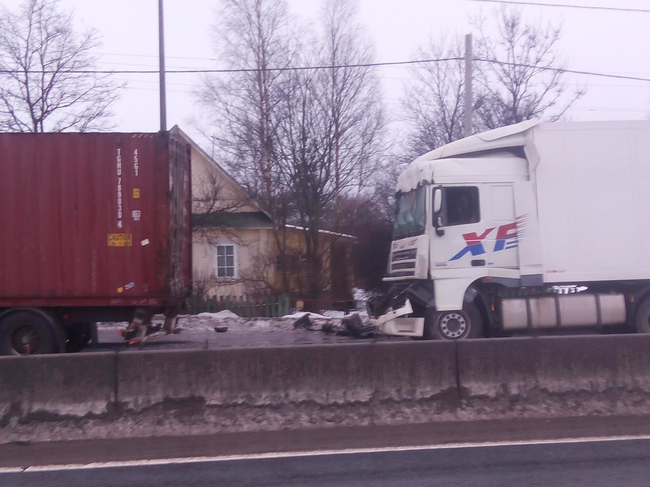 В Ленинградской области в массовом ДТП пострадали три фуры