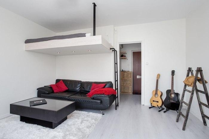 Квартира 23 м с кухней в прихожей и кроватью-чердаком.