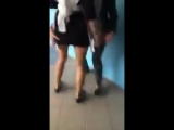 Одноклассницы раздевают школьницу прямо в коридоре школы и показывают трусики в колготках_240p