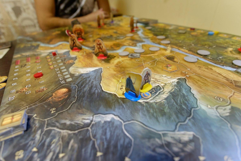 Пока Гном и Воин развлекаются в магазине, Маг (меленькая фиолетовая подставка) героически защищал Замок