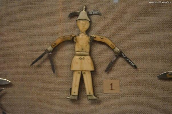 В музее народных промыслов. Джон руки-ножницы.