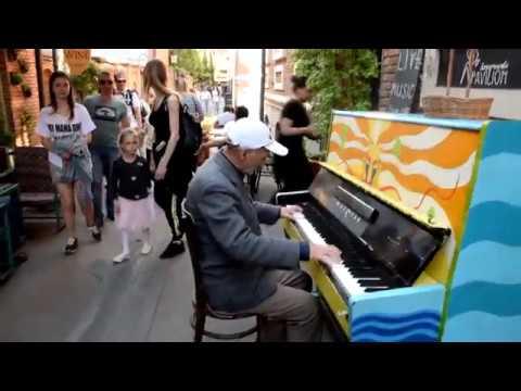 ვინ არის 68 წლის ქუჩის პიანისტი Tbilisi Street musician