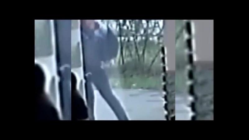 мужчина избил подростка-инвалида в людном месте