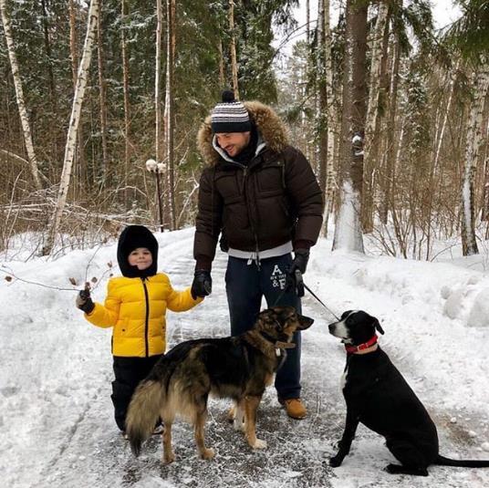 Сергей Лазарев старается чаще гулять с сыном в лесу!