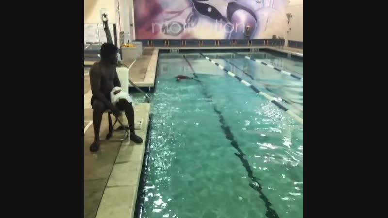 Эдриен Бронер работает над своей выносливостью в бассейне над задержкой дыхания.
