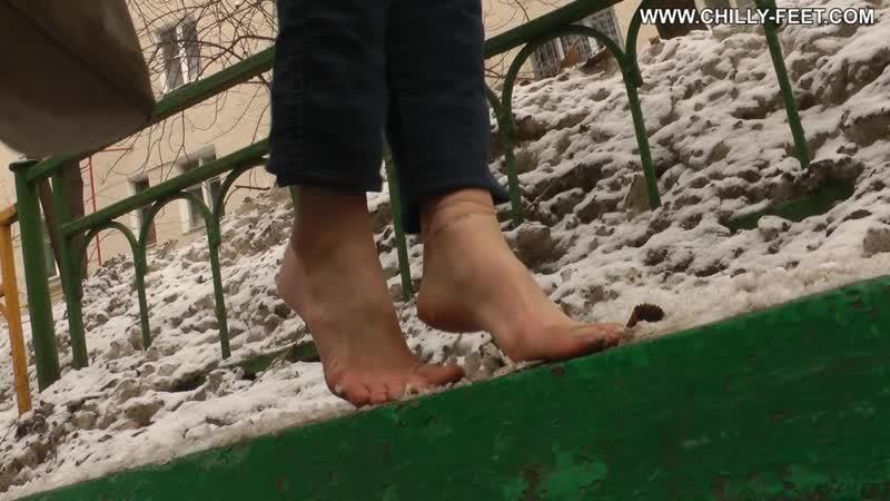 Девушка босая ходит по снегу, люди в шоке