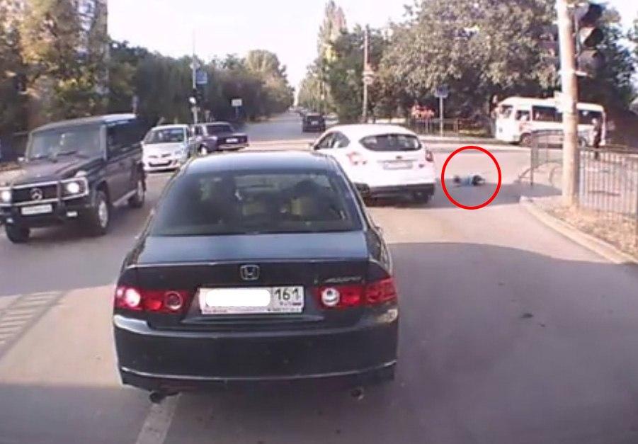 В сети появилось ВИДЕО наезда на 8-летнего ребенка на улице Ломоносова в Таганроге