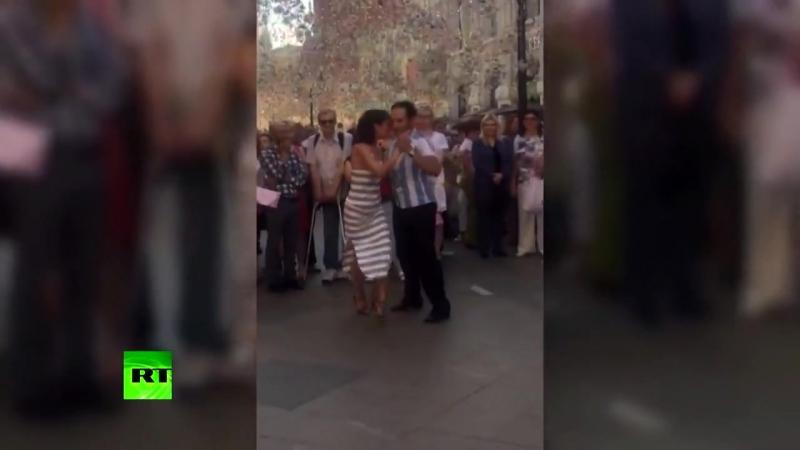 Болельщики из разных стран станцевали танго в центре Москвы