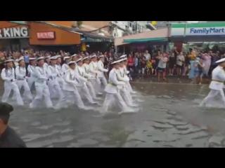 Usa vs russia - parade in thailand.почувствуй разницу...