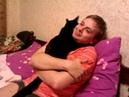 Кот Мотя обнимает хозяина
