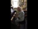 104-летняя учитель музыки, мисс Энн играет Бетховена