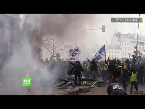 La place de la Bastille devient le théâtre des tensions entre la police et les Gilets jaunes