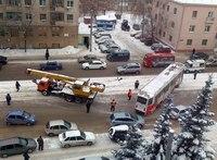 Трамвай сошел с рельсов в Казани, движение на участке сильно затруднено.