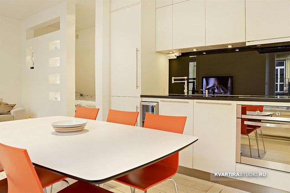 Перегородка с нишами и подсветкой для зонирования студии 34 м в Стокгольме / Швеция - http://kvartirastudio.