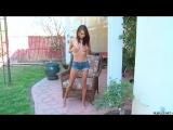 Janice Griffith шалит во дворе