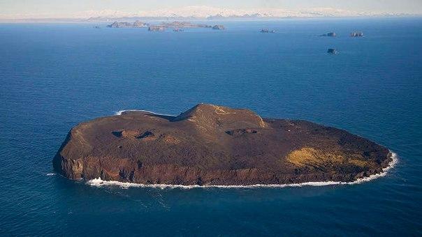 В 1963 году подводный вулкан породил новейшую поверхность суши на Земле, остров...