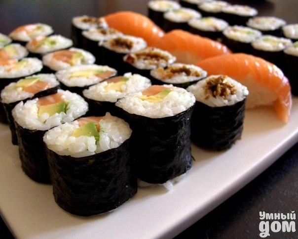 Изготовление роллов в домашних условиях. Пожалуй в числе модных блюд последнего времени можно назвать суши и роллы. Можно, конечно, сходить в суши-бар, но суши и роллы можно приготовить и самим, чтобы разнообразить праздничный стол. Это не так сложно, как кажется на первый взгляд. Для того чтобы изготовить роллы в домашних условиях понадобится - рис (в супермаркетах можно найти специальный рис для суши и роллов, но вполне можно использовать обычный, круглозернистый) - листья нори - специальный…