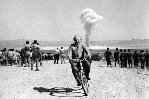 Альберт Эйнштейн и взрыв атомной бомбы
