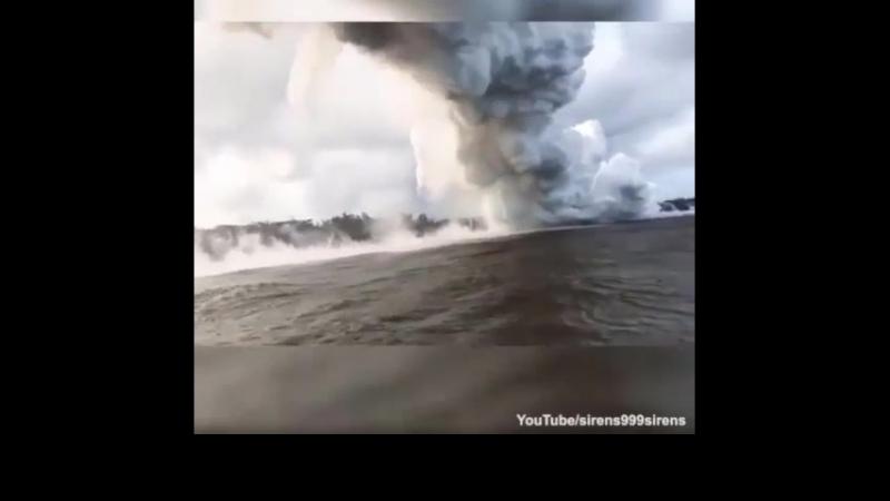 На Гавайях извержение вулкана Килауэа. Очевидцы сняли, как лава встречается с водами Тихого океана и остывает,