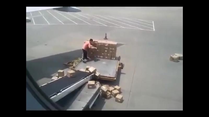 China air port. Китайкие грузчики, грузит посылки на самолет.