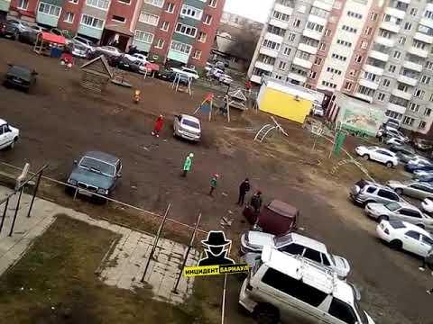 Школьники разбирают чужой автомобиль (Инцидент Барнаул)