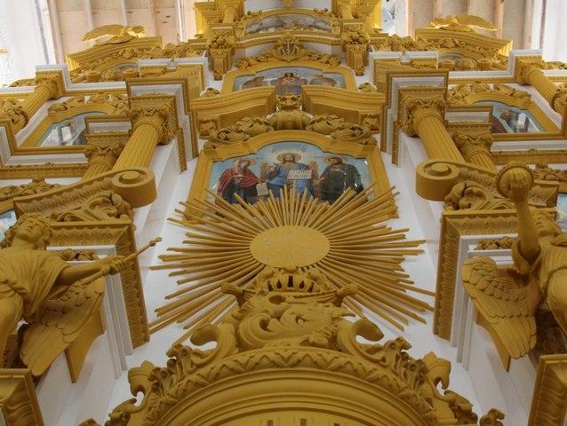 Троицкий храм Батайска обрел 14-метровый пятиярусный иконостас из липы в стиле барокко. ФОТО