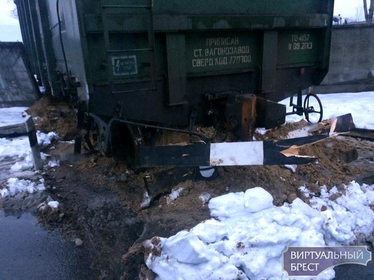 В Бресте вагон протаранил бетонный забор и выехал на улицу (ну почти)