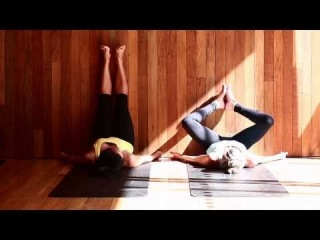 yoga twists to release tension in the back — biqle Видео
