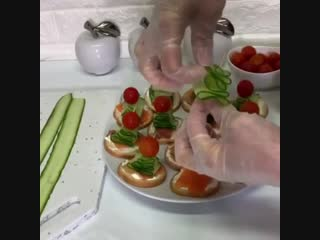 Канапе на шпажках с семгой и овощами прекрасно украсят и дополнят меню вашего новогоднего стола!