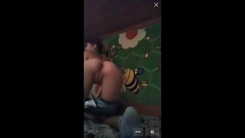 Малолетка показала сиськи мастурбирует перископ школьница