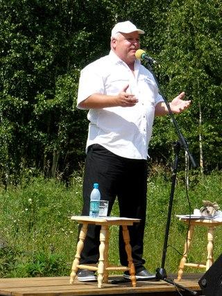 Депутат Государственной Думы РФ Валенчук Олег Дорианович, который очень понравился публике. Во-первых, он читатель, а значит единомышленник, а во-вторых, свое выступление начал с песни.
