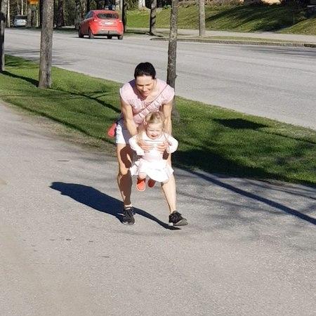 """Aino-Kaisa Saarinen on Instagram: """"Tällä etenemistyylillä toisella vahvistuu kädet ja toisella jalat. kauppareissu"""""""
