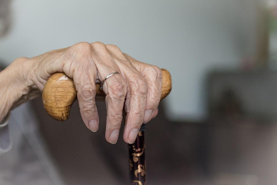 Мужчина, угрожая ножом, ограбил пенсионерку в Исправной