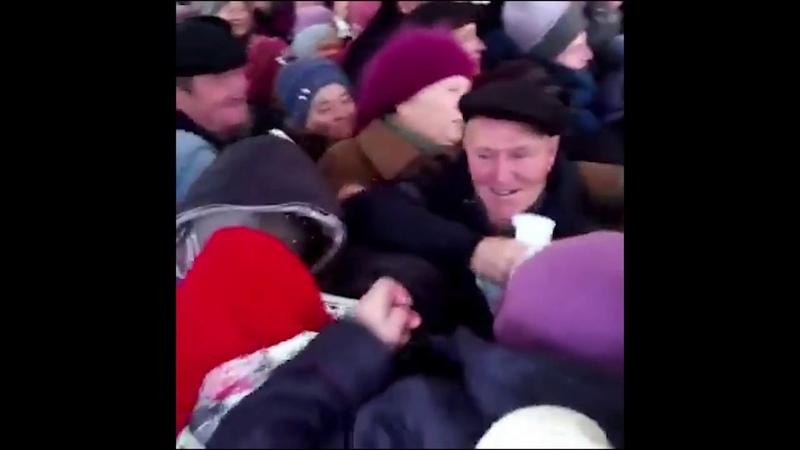 Украинские пенсионеры давят друг друга за гречку от Ляшко и Тимошенко.