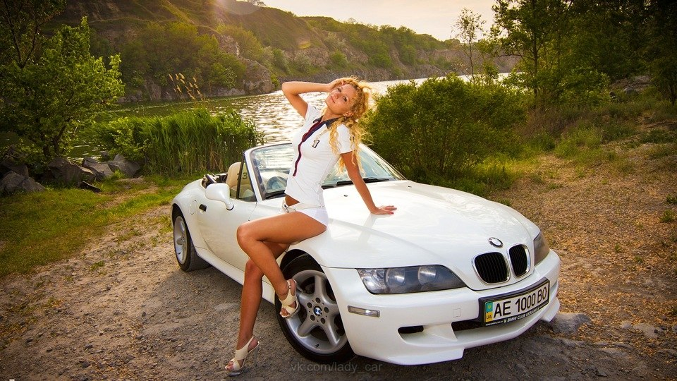 Фото девушек на фоне машины 3